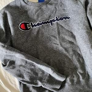 Snygg champion sweatshirt som jag inte använt då den va lite för liten för mig smak. Storlek M men skulle säga att den mer lutar mot S. Köpt från sellpy! Buda😄