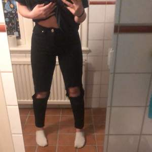 Säljer snygga mom jeans som sitter pösigt nertill, snygg passform strl 36 från bohoo. Kostar 100kr. Kan mötas upp i sthlm eller frakta. Pris går att diskutera