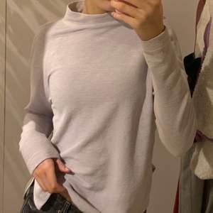 Supersöt ljuslila tröja med liten polokrage från Ginatricot. Jag skulle säga att den är vågrätt ribbad. Storlek xs men är oversize i modellen. Köparen står för frakten🤍💜