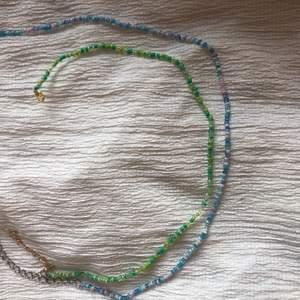 Pärlhalsband som sitter ganska nära intill halsen