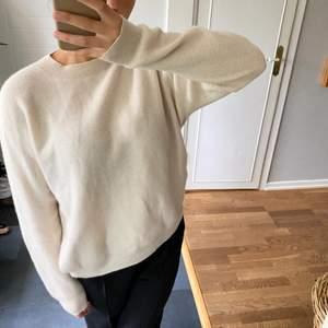 Soft goat tröja i väldigt bra skick i världens finaste ljusbeige! Inga defekter, hur fin som helst! Storlek S men skulle säga att den även passar M/36/38.
