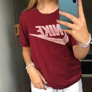 Nike t-shirt i fin röd färg. Köpte second hand därför vet ja inte vilken storlek men sitter oversized på mig som oftast har s, skulle nog även passa xs-l💞💫