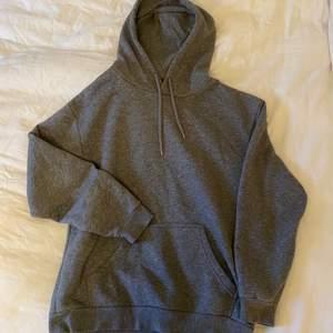 En grå hoodie från Soc Sportswear i storlek XS. Använd fåtal gånger och är i nyskick. Frakt betalas av köparen.