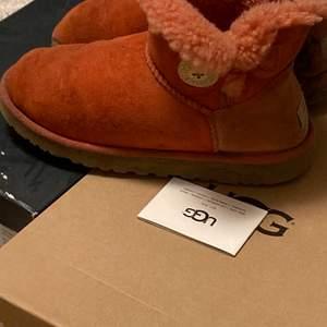 Peach färgade uggs helt ny impregnerade tyvärr en olje fläck på insidan av skon men som inte syns så mycket när de används, plus om byxan går över syns det inte alls🤎🍂 super fina o coola perfekt nu till hösten/vintern