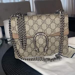 En Gucci Dionysus GG Supreme mini bag i nästan nyskick, skedde en olyxhändelse vid sidan av väskan av en penna men annars är väskan i helt nyskick. Har andvänt väskan några gånger och tänkte nu ta tag och sälja den.