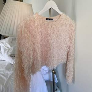 Säljer denna jättefina zara tröjan då den inte kommer till användning💕