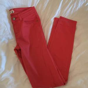 Ljusröda jeans från Gina Tricot i modellen Chloe▪️Köpta för länge sedan & sparsamt använda▪️Storlek 27 i midjan & tight passform