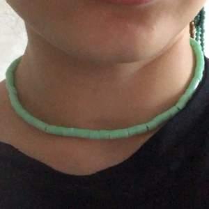 Säljer detta ljus gröna halsband, har även i baby rosa! Köparen står för frakten, kolla gärna in andra annonser!!