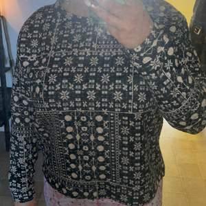 En tröja med lite kortare front och längre rygg.