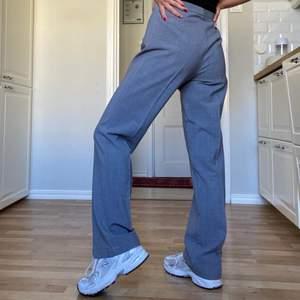 Kostymbyxor i ett luftigt tyg, fin grå färg (syns bäst på bild 2). De är storlek 38 och jag har bärt de oversized. Jag är vanligtvis XS och på mig är de smått stora i midjan. 🖤 Jag är ca 163 cm