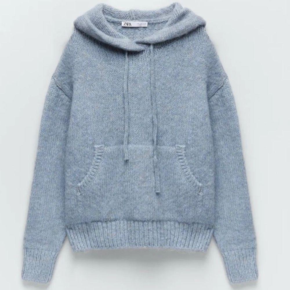 Snygg ljusblå stickad hoodie som är slutsåld på Zara, den är i jättefint skick och är använd Max 2 gånger😊💕den är en oversized modell! BUD:580!. Stickat.