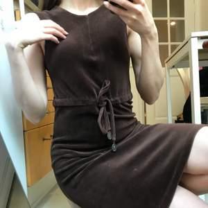 Såå fin choklad brun velour sammet klänning. Sitter så fint på, går att knyta för att markera midjan. Superfin till sommaren. Från fina märket Maya. Frakt 79 kr
