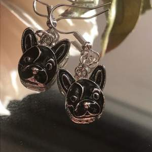 Underbara och söta örhängen med svart hund. Finns fem stycken kvar!