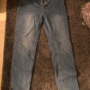 Jeans från boohoo köpt för 320 men säljer för 200. Är i väldigt bra skick.