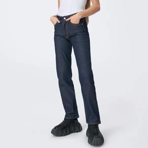 OBS! Endast samma modell som på bilderna, se bild 3 för färg. Sjukt snygga blå jeans med ljusa sömmar från eytys. Färgen finns inte att köpa längre. Fin rak modell, baggy för den med mindre storlek. Endast använda en gång!!! Nypris 1900 kr