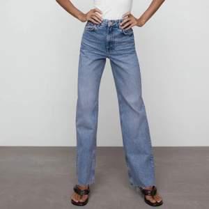 """Jag säljer nu Mina superfina zara-jeans i modellen """"Wide leg full length"""" 6045/026. De är i superfint skick och är endast använda några få gånger, men rensas ut då jag hade behövt en storlek mindre🥺 frakt tillkommer, men priset kan gå ner vid snabb affär🥰 skriv om ni vill ha fler bilder!🥰"""