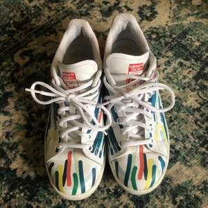 Stan Smith skor med fina färger perfekt för sommaren