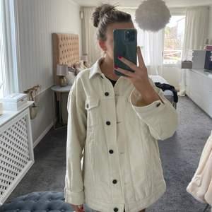 Jättefin skjortjacka från zara. Jättefint skick, inga fläckar eller liknande. Storlek xs men är oversized.🥰 frakt tillkommer