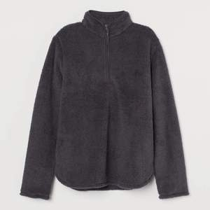Använt några gånger men i nyskick, mörk grå fleece tröja. Skriv så kan jag skicka fler bilder!