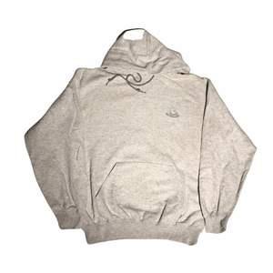 En väldigt fin grå hoodie med ett broderat märke av fruit on the loom. Perfekt för en baggy lite mer 00s liknande stil! Köpt från en secondhandbutik i USA. Om du har några frågor gällande plagget eller priset kontakta oss!