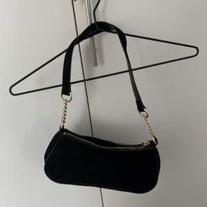 """Säljer en """"klassisk"""" liten svart väska som jag köpt på h&m"""