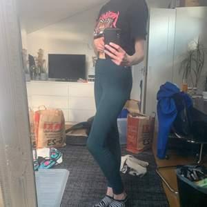 Gröna träningsbyxor, står inte vilken storlek men sitter bra på mig som har S. Sista bilden är för att visa färgen på byxorna!!! Frakten ingår i priset, skriv för frågor🍒🤗