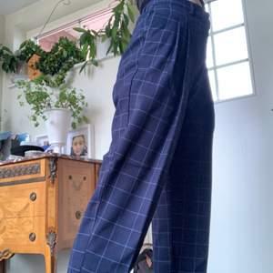 Blå-rutiga vida Kostymbyxor från Monki i storlek 36. Resår i midjan så passar större/mindre. Använd fåtal gånger så fint skick. Kan mötas upp i lund eller frakta. Säljer ett par rutiga i beige också.