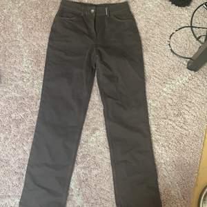 Oanvända bruna straight leg jeans som jag säljer pga att de var för små. De är ganska små i storleken så jag skulle tro att de passar tex någon som har 27 midja i jeans, kanske tom 26. Köpare betalar frakt. På bilderna ser förgen ganska gråaktig ut och jag fick inte till att visa den riktiga förgen men irl så är färgen väldigt brun.