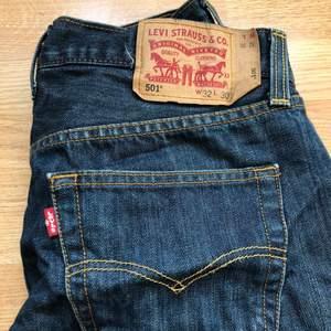 Klassiska 501or från Levis i en mörkblå fin färg! Jag brukar ha typ w29 i jeans o dessa är liksom lite stora o hänger lågmidjat på mig! Sprättade i sömmen vid foten så de når enda t marken på mig som är 168! 💞👌