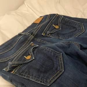 Näst intill oanvända low waist true religion jeans, mörkblå i modell: Casey skinny. Passar en S i storlek ✌️ -> sista bilden är lånad! Buda eller köp direkt för : 350kr (RIKTIGT KAP🤝💕👌)