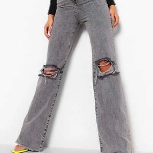 Skitsnygga jeans från boohoo, endast testade en gång och har prislappen kvar. Säljer då jag råkade beställa fel storlek och inte längre kan skicka tillbaka. Kan mötas upp i stockholm eller frakta☺️