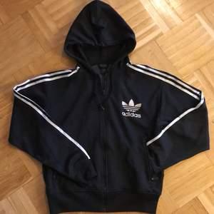 Säljer en av mina absoluta favorit hoodies pga flytt. Använts till vardags, träning & fest. Lös & skön passform. Praktiska fickor med dragkedja framtill. Använd men i gott skick 💫