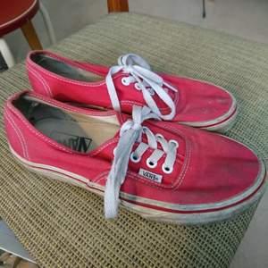 Klassiska Vans-modellen i rött, passar dig med 37🌹