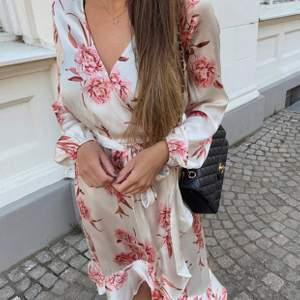 """Säljer den här klänningen i storlek 36. Fint """"silkes"""" tyg💗"""