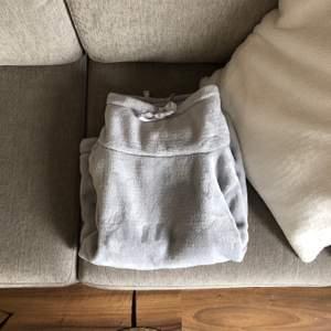 Den i särklass mysigaste tröjan jag har sett i mitt liv! Säljer med sorg då den är för liten. Storlek M men sitter som S.