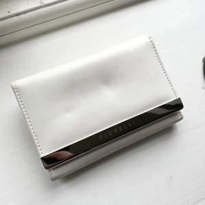 En jättefin plånbok från Fiorelli. Liten men otroligt många fack!🛍