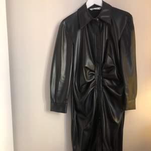 Super cool klänning i skinnimitation/ läderimitation. Aldrig använd. Nypris 700