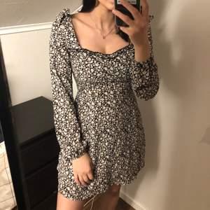 Superfin klänning från ZAFUL som tyvärr inte kommer till användning! Aldrig använd men har tagit av lapparna. Går även att bära som en off-shoulder klänning! Frakt tillkommer på 48 kr🤍 Perfekt till sommaren!