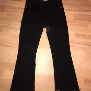 Supersnygga svarta jeans från Zara. Köpta för länge sen så de är slutsålda. Har en söm i mitten av benen vilket är skitsnyggt. De är 36 men passar nog en 34 bättre
