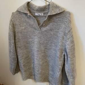 Superfin stickad tröja från Mango! Använd fåtal gånger därav mycket fint skick! Köparen står för frakt😊