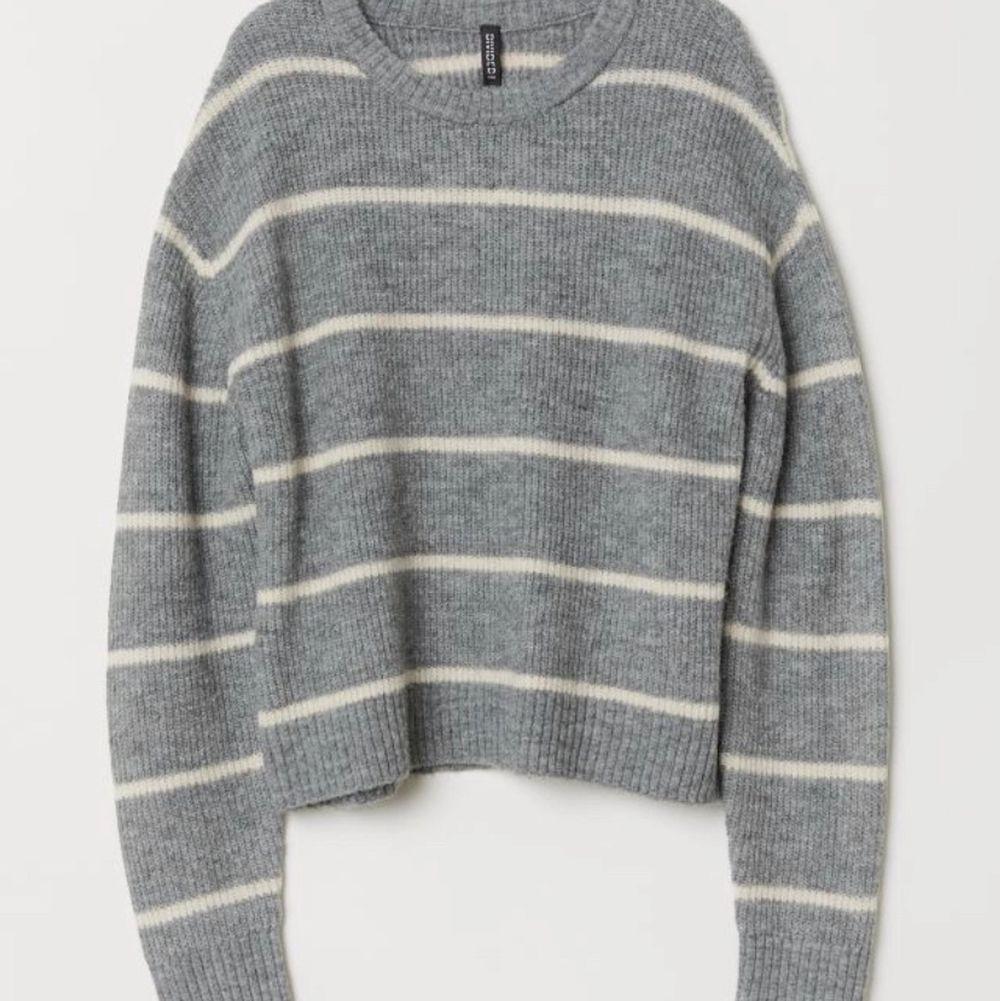 Super fin stickad tröja från hm, i storlek xs. Nypris:199kr HÖGSTA BUD: 50kr. Stickat.