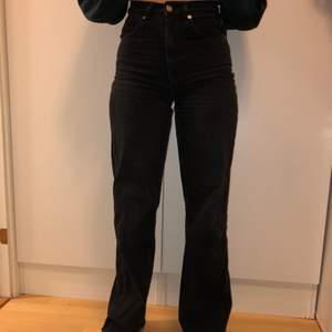 Säljer dessa jeans i rak modell från Nakd, strl 34. Jag är 163 cm och de passar mig i längden.