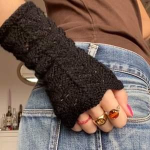 Svarta handstickade handledsvärmare🖤