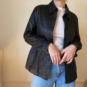 Läderskjorta. Två knappar saknas🖤