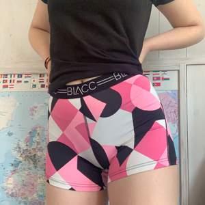 Rosa tränings shorts från BLACC❤️ Resåret är bra så de åker inte ner❤️ Några sömmar är lite slitna men tycker inte det märks, däremot priset❤️ Storlek M men passar de flesta skulle jag säga❤️