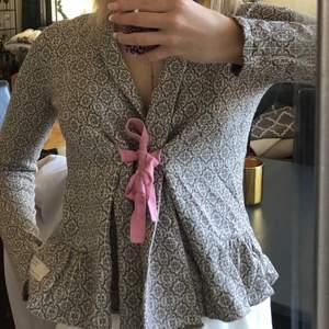 Tredje bilden är LÅNAD!!!! Finns ingen skada om klädesplagget!