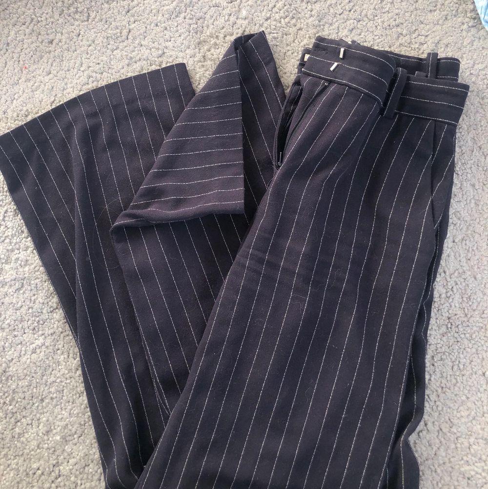 Mörkblå kostymbyxor med vita tunna ränder. Bra fall och fint material. Stl 34 (ca XS) men passar även 36 (S) 💙💙. Jeans & Byxor.