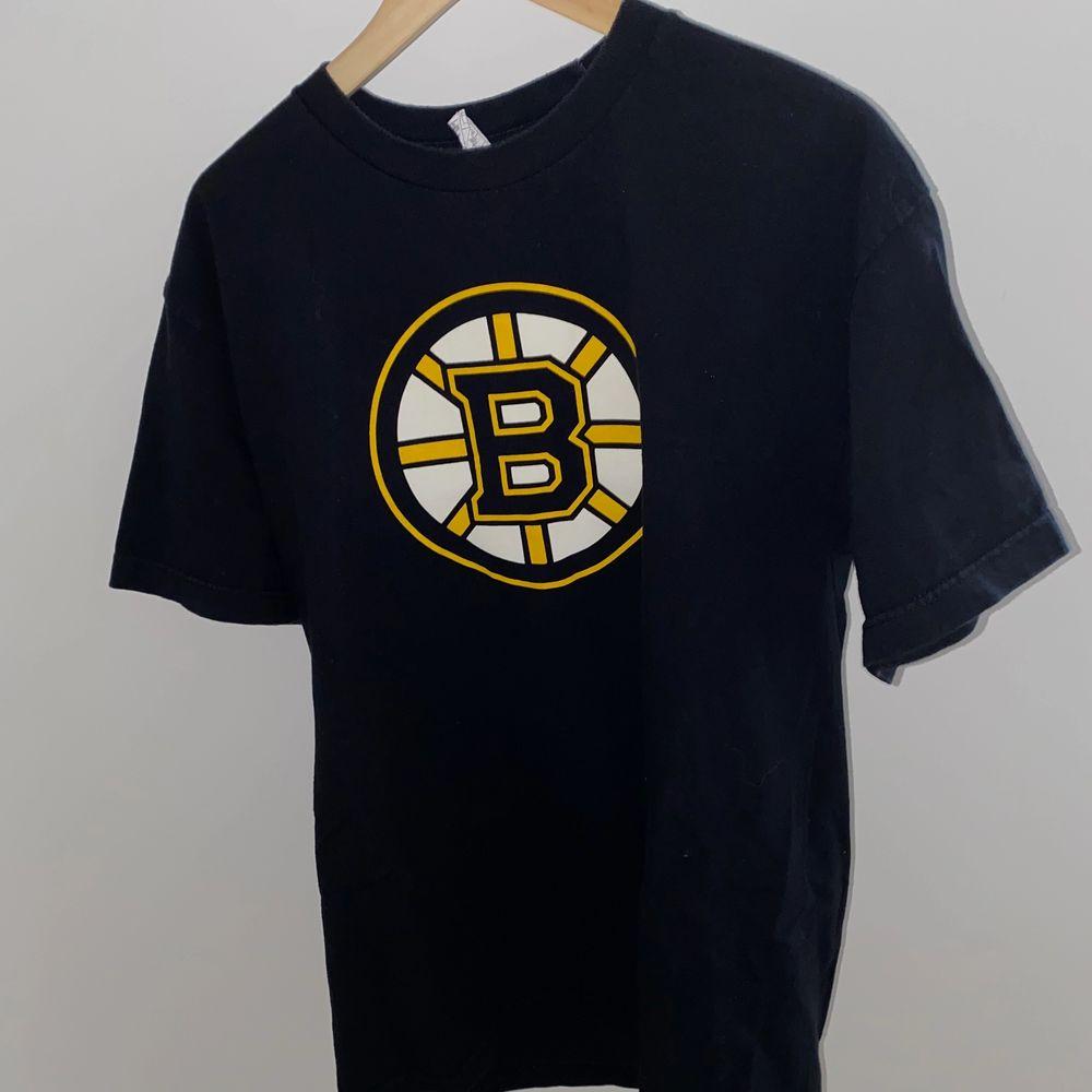 Retro oversized tisha, köpte den för ett tag sen men känner att den inte passar mig riktigt. Mycket fin och cool. . T-shirts.