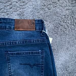Säljer dessa low waisted jeans då dem är för små för mig. Helt nya och kommer skickade i orginalpåsen. 125kr + frakt