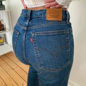 Jeans från Levi's i modellen Wedge straight. Superfin blå färg och jättefin kvalitet då dom är sparsamt använda. Storlek 26x26.